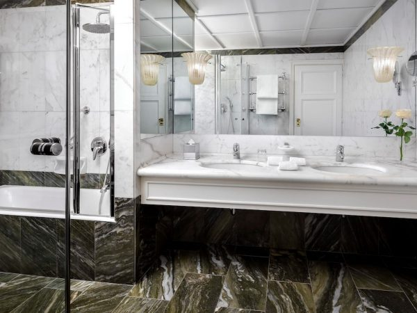 Vcelc Deluxe Bathroom