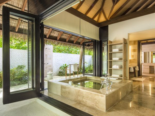Como_Maalifushi-Maldives-Beach-Suite-Bathroom
