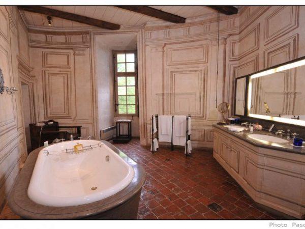 Chateau De Bagnols suites chateau Bathroom