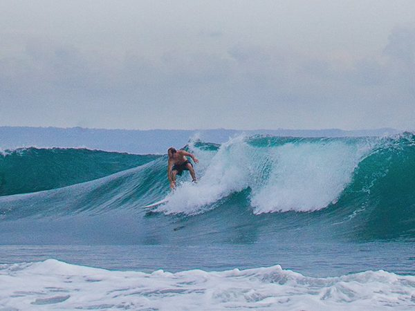 Como Uma Canggu Surfing