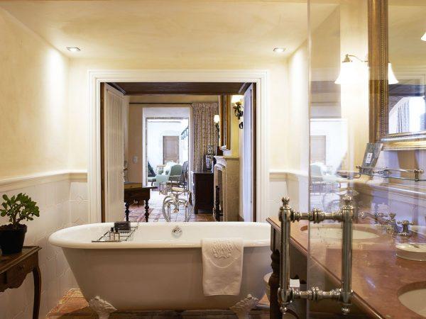La Bastide De Gordes bathroom bathub