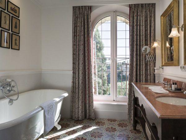 La Bastide De Gordes deluxe valley room bathroom bathtub