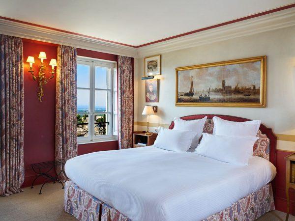 La Bastide De Gordes junior suite bed light view Luberon