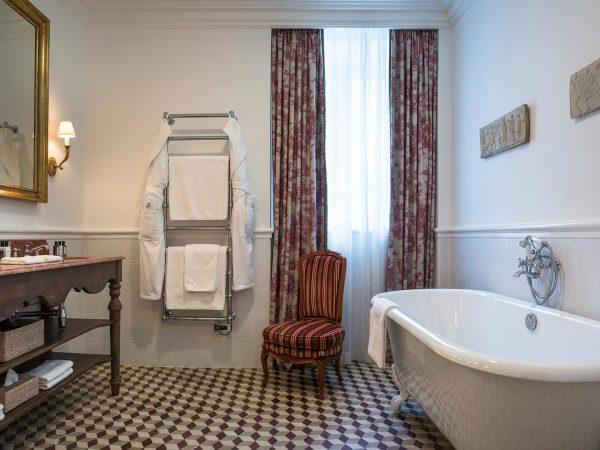 La Bastide De Gordes vasarely suite bathroom bathtub