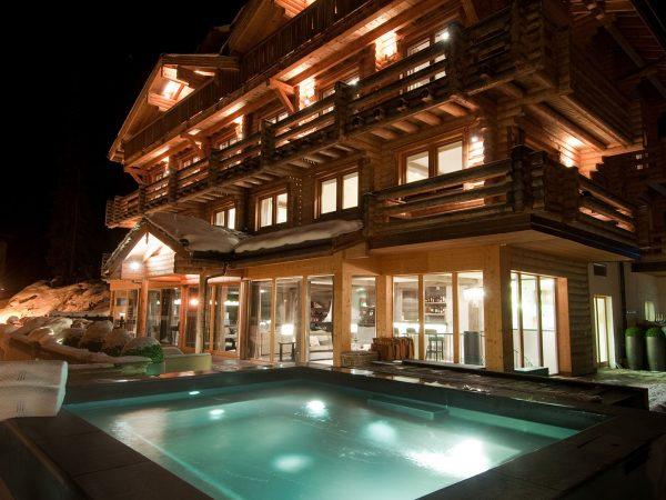 The Lodge Switzerland Outdoor Hot Tub