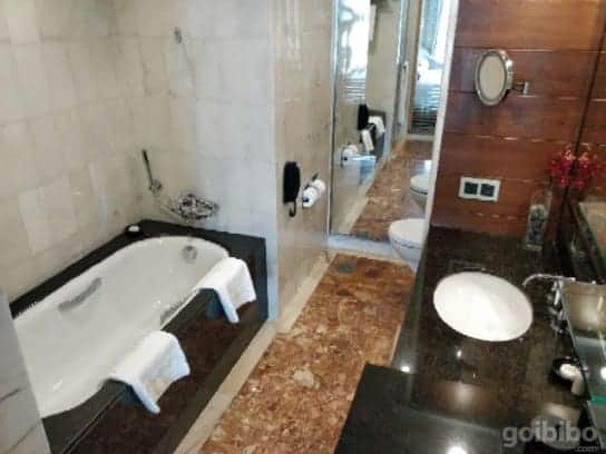 Mandarin Oriental Singapore bathroom