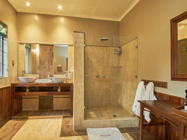 Giraffe Manor Bathroom