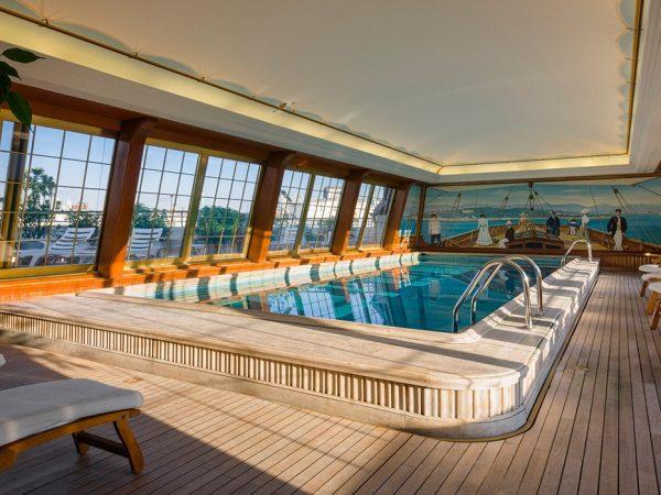 Le Brisol Paris Spa Pool