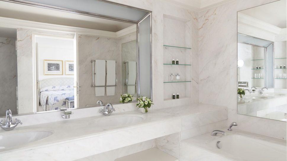 Le Bristol Hotel Paris Deluxe room bathroom