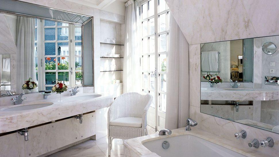 Le Bristol Hotel Paris Junior suite bathroom