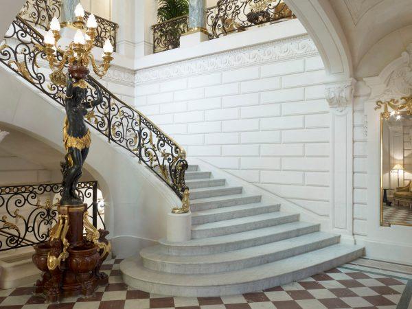 Shangri La Hotel Paris Grand Staircase