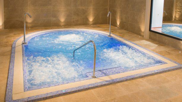 Chateau des Vigiers Hydrotherapy pool
