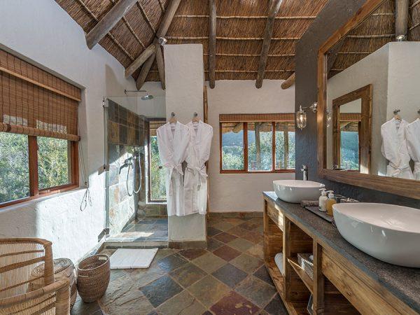 Inzolo Exclusive Game Lodge Bathroom